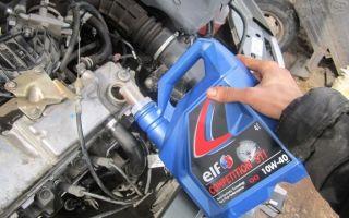 Заливаем масло в двигатель машины — куда заливать и как