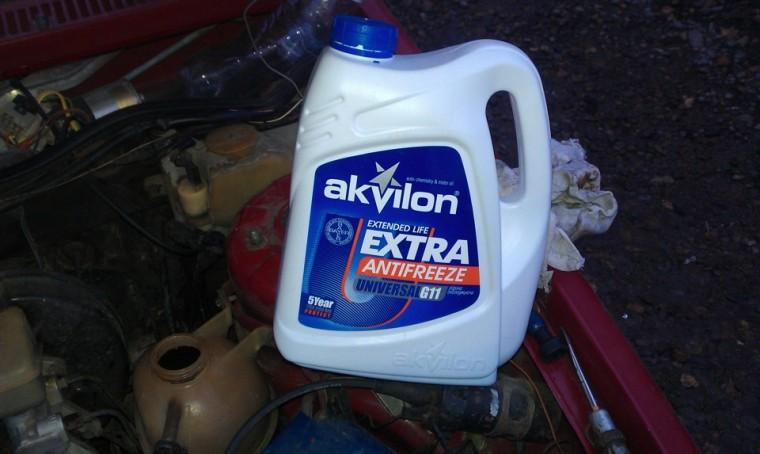 Какую жидкость заливают в радиатор автомобиля