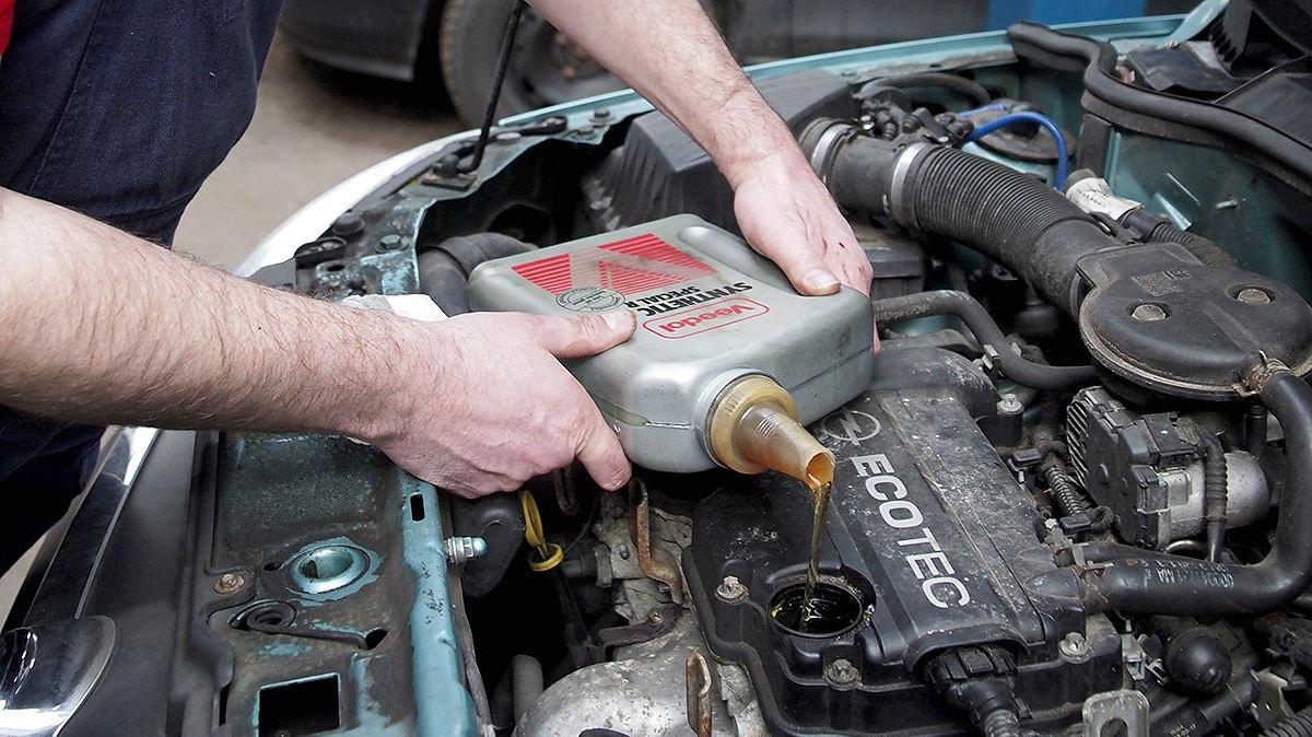 Периодичность замены моторного масла в двигателе — через какой период менять масло | Uremont | Яндекс Дзен